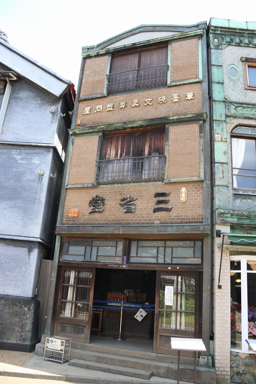 「看板建築」の「三省堂(さんしょうどう)」。看板のように平らなところが特徴だ(写真は2018年6月1日Jタウンネット編集部撮影・以下同)