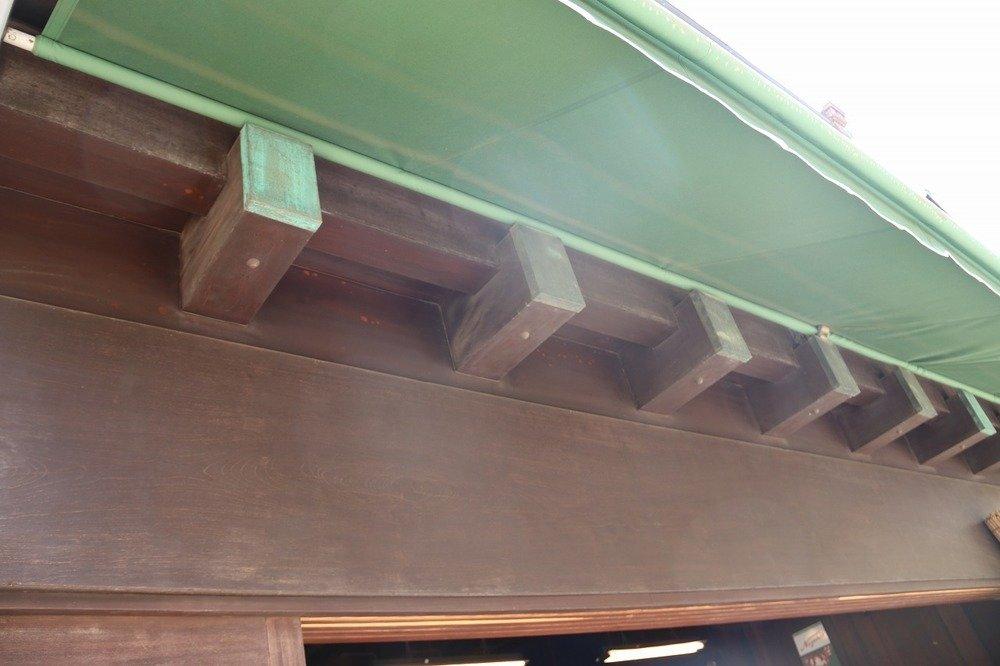 「出桁造り」では、屋根部分近くから柱が出ているのが特徴だ