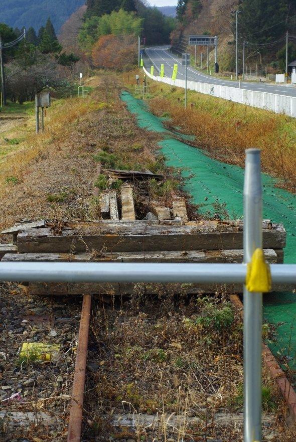 旧陸前矢作駅周辺で分断された鉄道路線。現在、陸前高田市までは別ルートで軌道を利用したバスが運行されている(BRT)