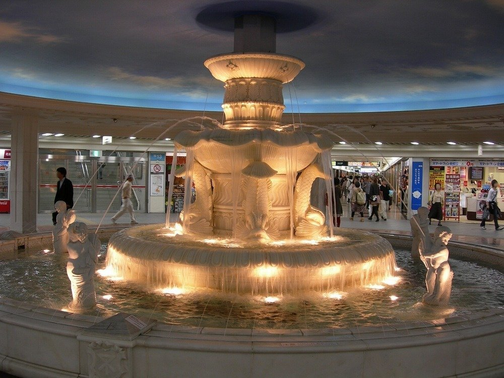 ホワイティうめだ内にある「泉の広場」。不思議とここに舞い戻ってきてしまう(画像はwikimedia commonsより。Ogiyoshisanさん撮影)