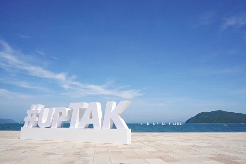高松港に設置された「#upTAK」(以下写真は坂口祐さん「物語を届けるしごと」より)