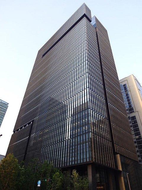 みずほ銀行本店(大手町タワー) Gungun01さん撮影、Wikimedia Commonsより