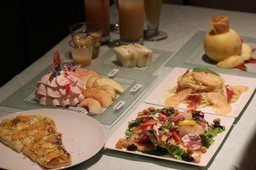 国産桃を使ったスウィーツや料理が用意された(以下写真は2018年7月20日記者撮影)
