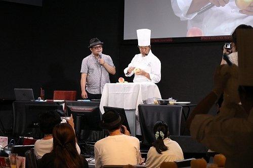 タカノフルーツパーラー・森山冨美男さんによる「桃カッティング実演講座」