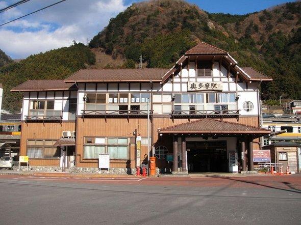 ログハウス風の終点奥多摩駅(Tx-reさん撮影、Wikimedia Commnsより)