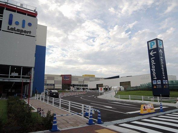 開業直前のららぽーと名古屋みなとアクルス(RenaiKさん撮影、Wikimedia Commonsより)