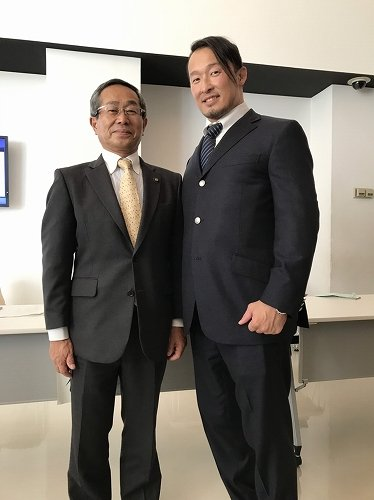 原口和久市長と丸藤選手 (C)プロレスリング・ノア