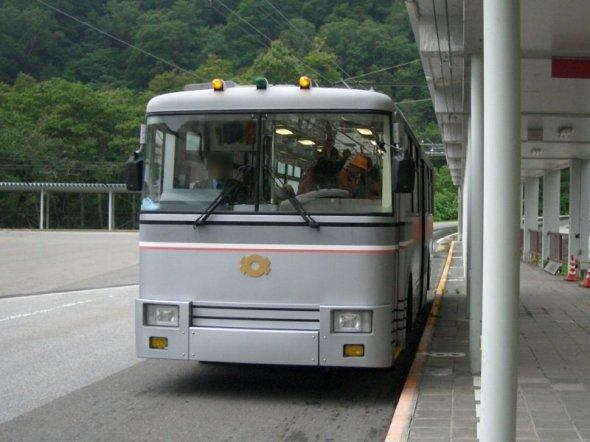 扇沢駅とトロリーバス(LERKさん撮影、Wikimedia Commonsより)