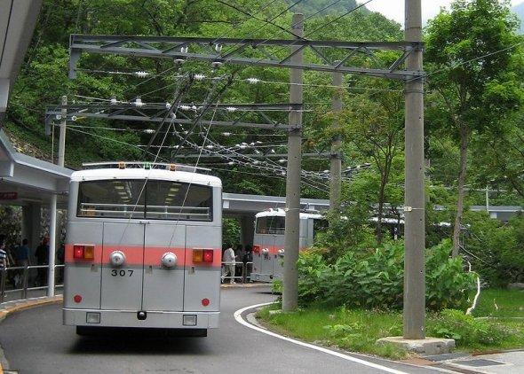 電車のように架線から電気を取っている(Neruruさん撮影、Wikimedia Commonsより)