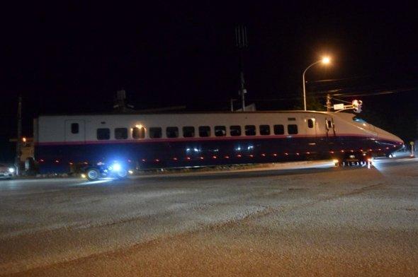 人気のない深夜の道路、我が物顔で新幹線の巨体が横切る(@loveC57180さんのツイートより)