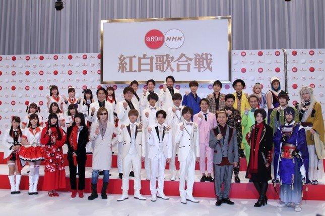出演者発表会見にも登壇(左端9人がAqours 、右端6人が刀剣男士。11月14日撮影)