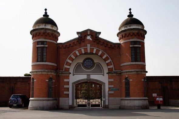 レトロなレンガ建築の旧奈良少年刑務所正門(663highlandさん撮影、Wikimedia Commonsより)