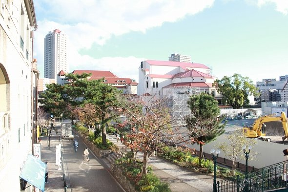 花のみちセルカ2階から大劇場を望む。右下の車道から一段高くなっている遊歩道が「花のみち」。
