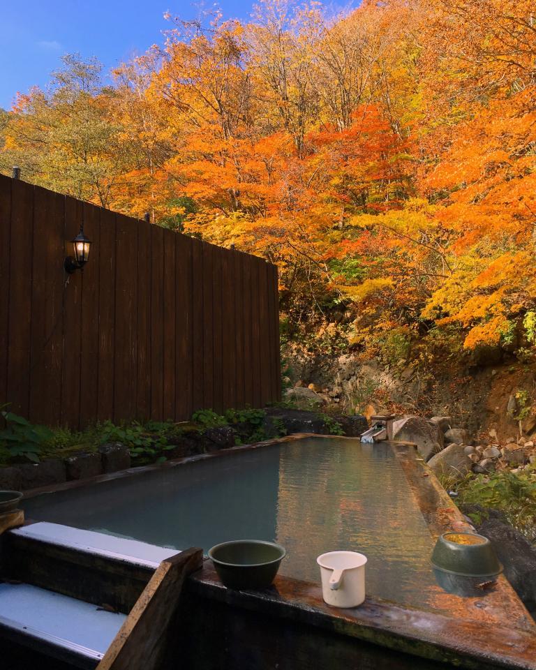 紅葉と桧風呂が絵になる露天風呂