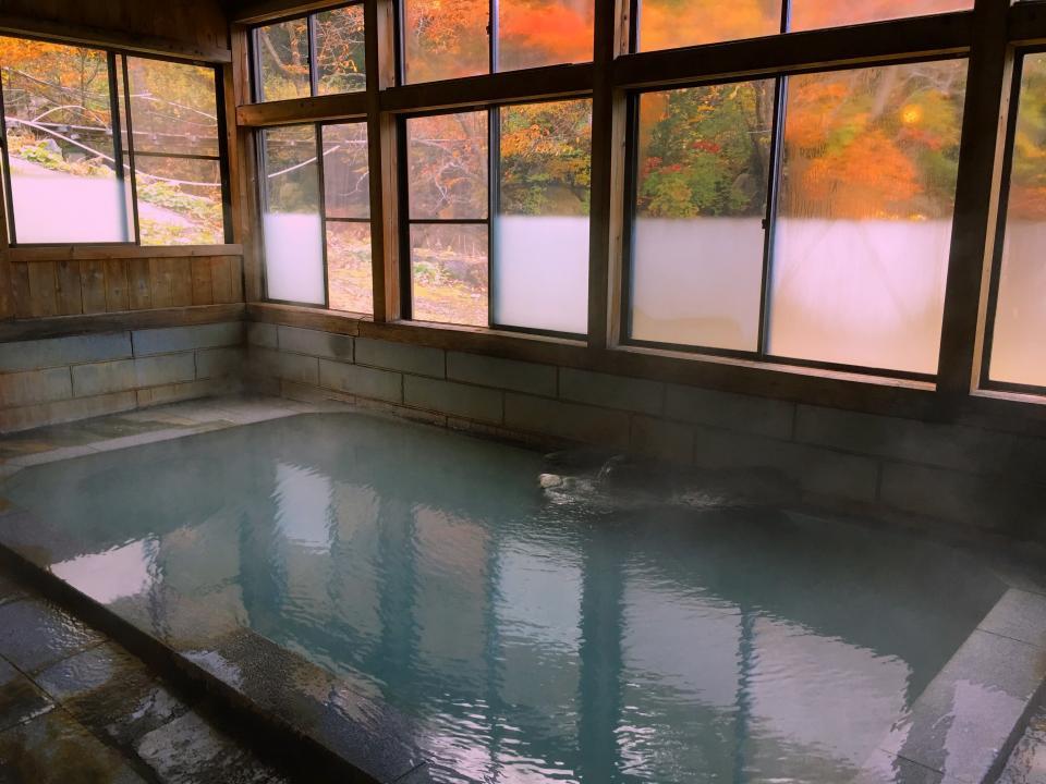 外を眺めながら落ち着く混浴内風呂