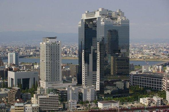 巨大な2棟構造で、棟の間にわたされた空中庭園が人気の梅田スカイビル(Joさん撮影、Wikimedia Commonsより)