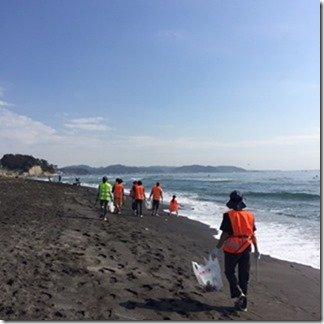 海岸を歩きながらの掃除は気持ちがいい。集めたゴミは、専用ステッカーを貼って所定の場所に置くと、公益財団法人「かながわ海岸美化財団」が回収してくれる。