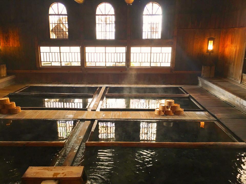 アーチ窓が印象的な混浴大浴場