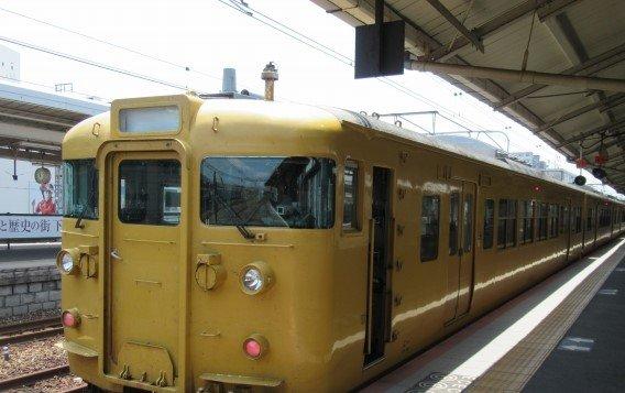 「瀬戸内の陽光」をイメージしたという黄色だが、東京の総武線などを連想させる色合い