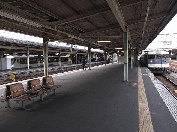 のどかでひなびた空気のかつての広島駅(Inaji pcさん撮影、 Wikimedia Commonsより)
