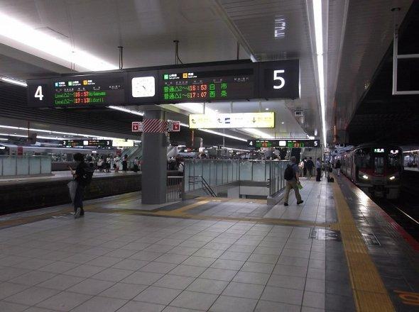 リニューアルで生まれ変わったホーム(Inaji pcさん撮影、 Wikimedia Commonsより)