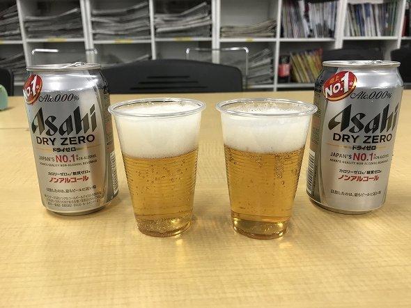 左が巻いていないノンアルコールビール、右がキッチンペーパーで巻いたノンアルコールビール