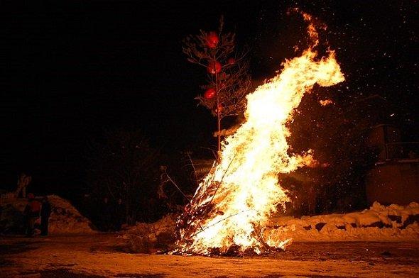 どんど焼き(C1815さん撮影、Wikimedia Commonsより)