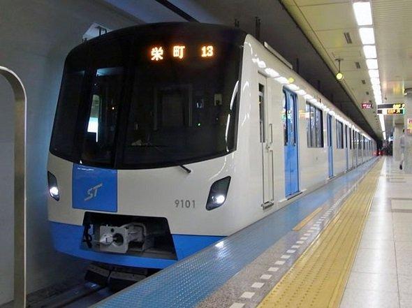 札幌市営地下鉄東豊線9000形車両(bellz_asamidouさん撮影、Wikimedia Commonsより)