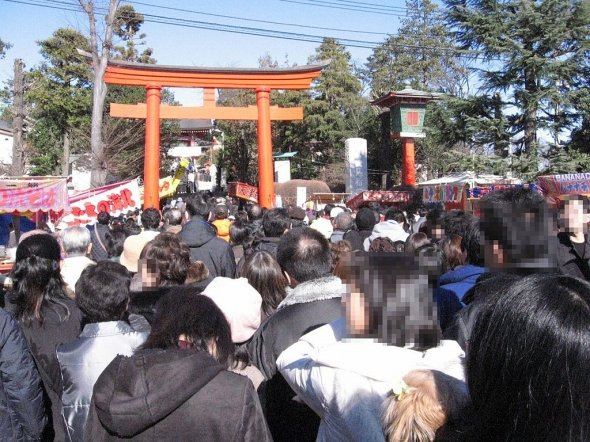 1年で最も神社がにぎわう季節かもしれない(ITA-ATUさん撮影、Wikimedia Commonsより)