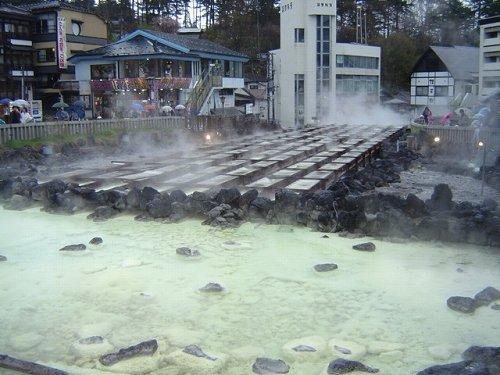 写真は草津温泉(PekePONさん撮影, Wikimedia Commonsより)