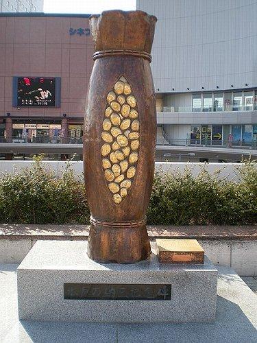 写真は水戸の納豆記念碑(kcomiidaさん撮影, Wikimedia Commonsより)
