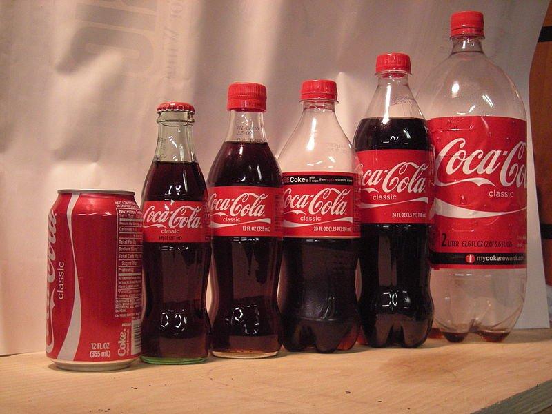 コカ・コーラ派が圧勝。容器にも好みがあるよね(Oilpanhandsさん撮影、WikimediaCommonsより)