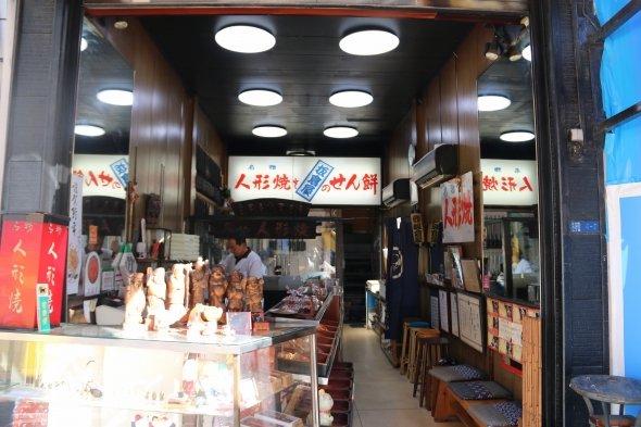人形町通りに面した、昭和の風情が残る店構えが板倉屋だ