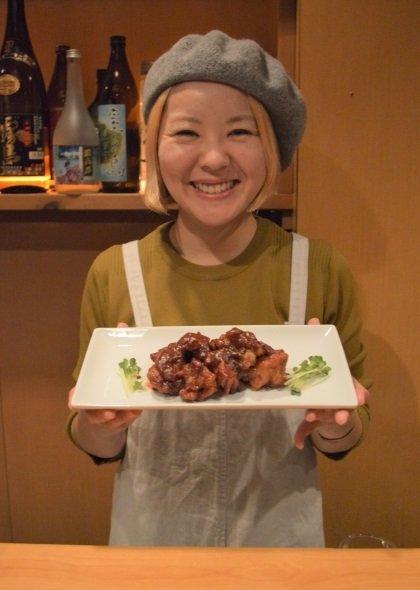 チョ(酢)豚を持つ店長の藤田愛さん