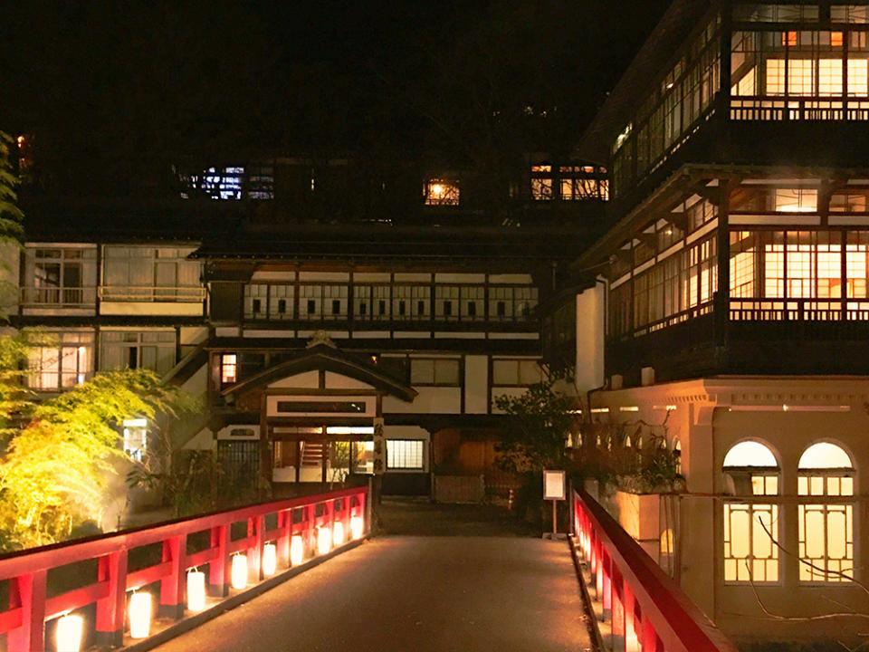 旅館へ渡る赤い橋が印象的