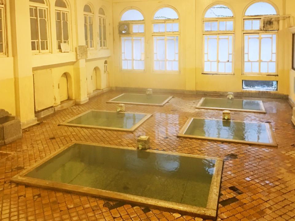 洋風なアーチ窓が並ぶ「元禄の湯」