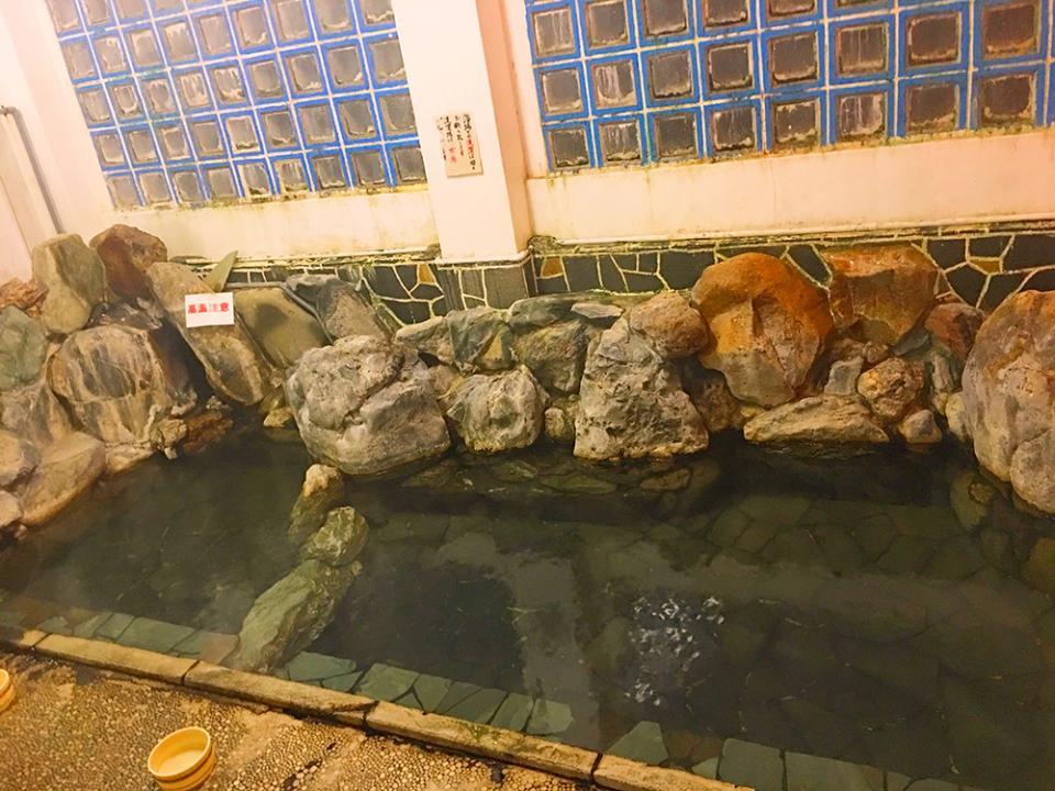 利根川の青石で作られた湯船