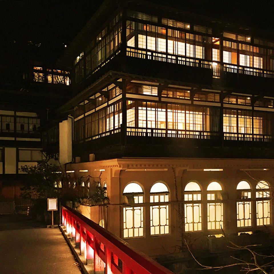 ライトアップされた旅館