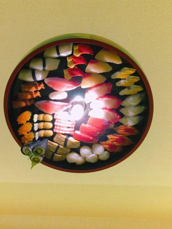 電灯にまで寿司があしらわれている(ハコティッシュフォールド(@Cat4niku)さんのツイッターより)