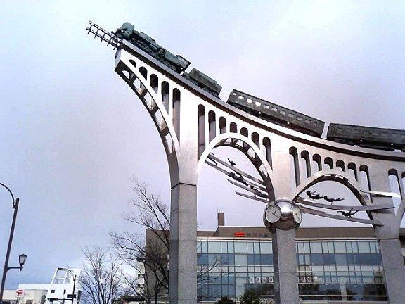 米子駅前だんだん広場のモニュメント(Lemon-sさん撮影、Wikimedia Commonsより)