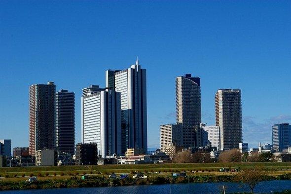 多摩川から眺めた武蔵小杉の摩天楼(Nesnadさん撮影、Wikimedia Commonsより)