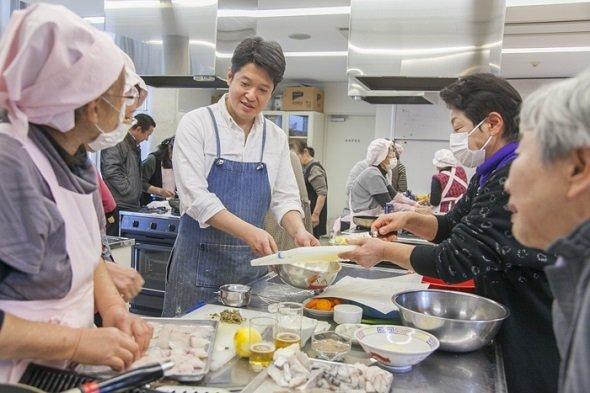 樫村シェフの懇切丁寧な指導は、倉橋島の人々の心をがっちりつかんだ(画像提供:「HASHIWATASHIプロジェクト」事務局)