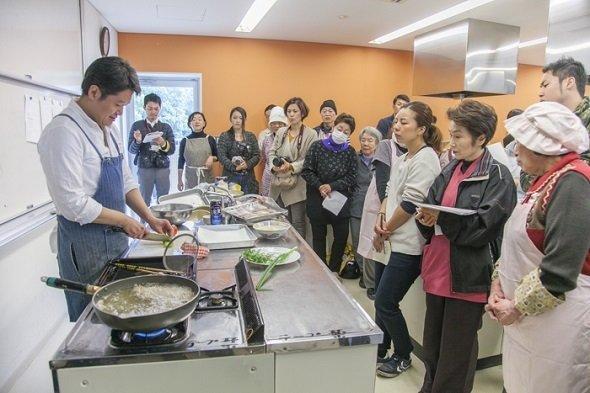 東京の人気イタリアンレストラン「アクアパッツァ」で腕を磨いた樫村シェフの手際の良さに目を見張る(画像提供:「HASHIWATASHIプロジェクト」事務局)