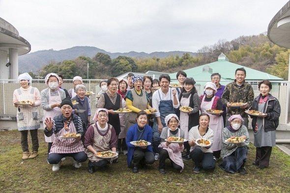 樫村シェフを囲む、調理講習会の参加者たち(画像提供:「HASHIWATASHIプロジェクト」事務局)