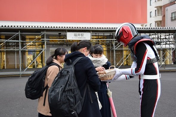 女子高生にチョコを手渡すオルコネマン