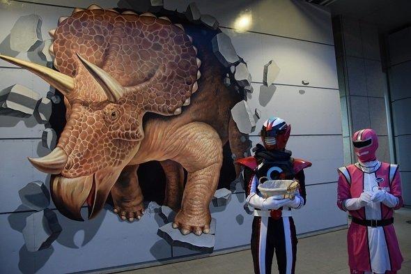 恐竜の壁画の前に立つオルコネマン