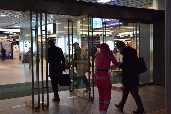 福井駅西口で、勤め帰りの人にチョコを配る