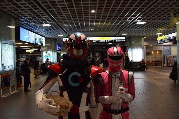 チョコを配り終えたオルコネマンと、もらったお菓子を大切そうに握りしめるヒーロー・ピンク
