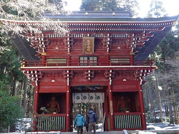 御岩神社楼門(Papakuroさん撮影、Wikimedia Commonsより)
