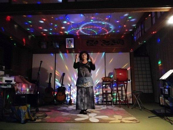 熱演する「民泊海風」オーナー・新垣英子さん(写真提供:江尻浩二郎さん)